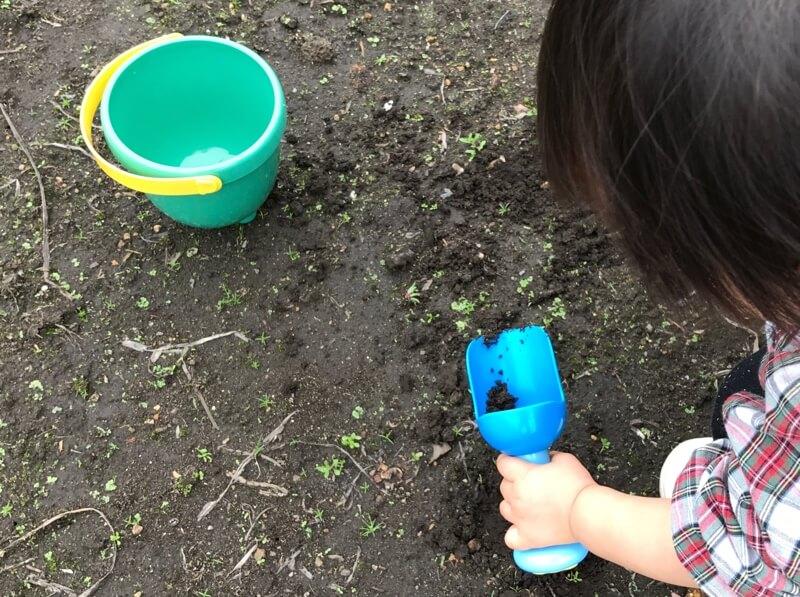 土遊びをしている赤ちゃん