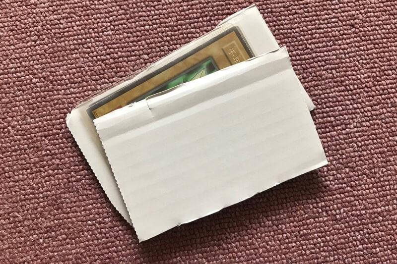 遊戯王カードを厚紙で挟む