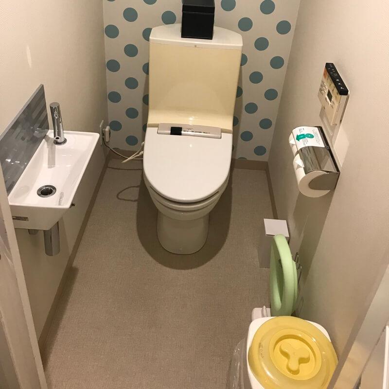 ホテルユニバーサルポート(WAKU WAKUワンダールーム)のトイレ。おむつポットも完備