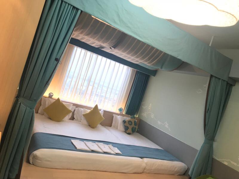 ホテルユニバーサルポート(WAKU WAKUワンダールーム)のベッド