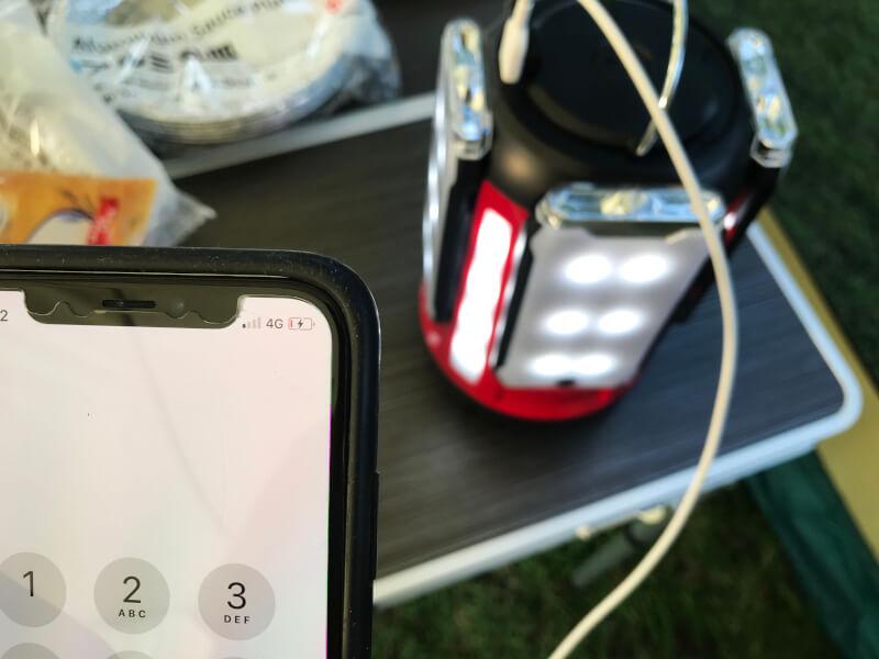 コールマン「クアッドマルチパネルランタン」でiPhoneを充電