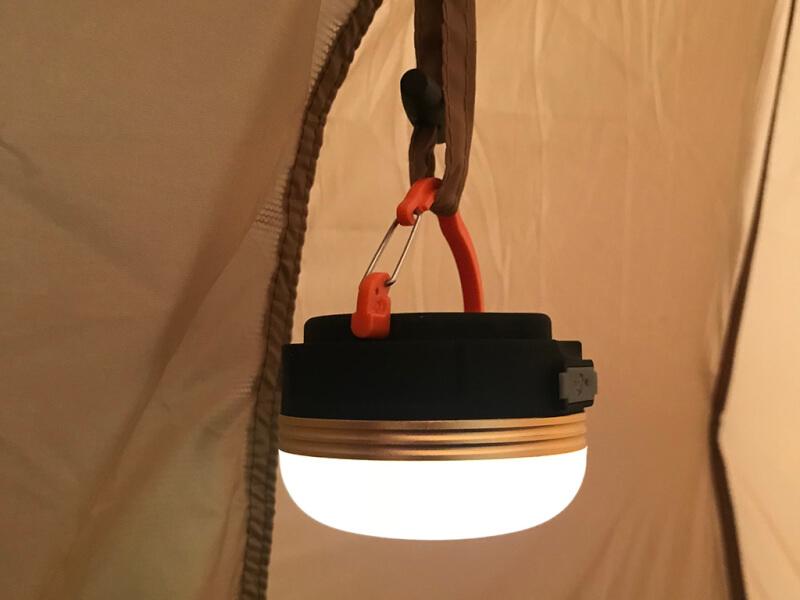 電球色のLEDランタンを吊り下げる