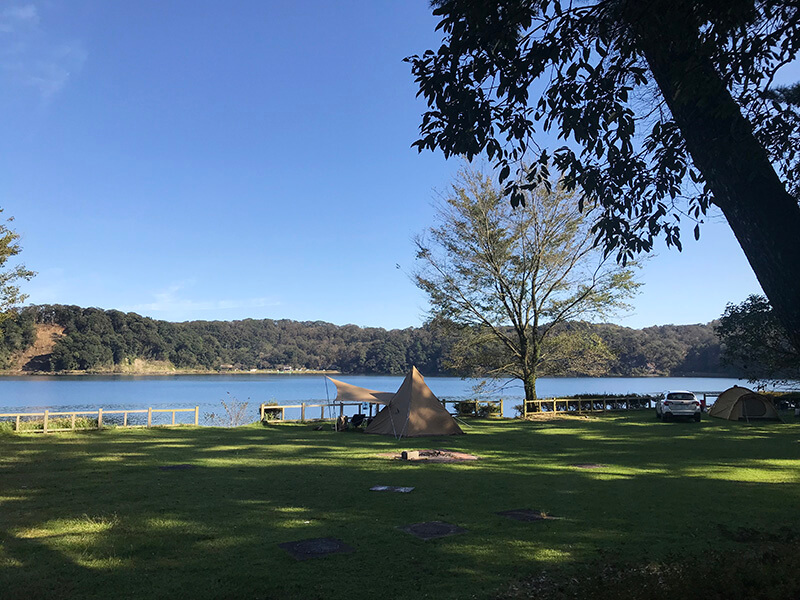 御池キャンプ村の湖の近くでキャンプ