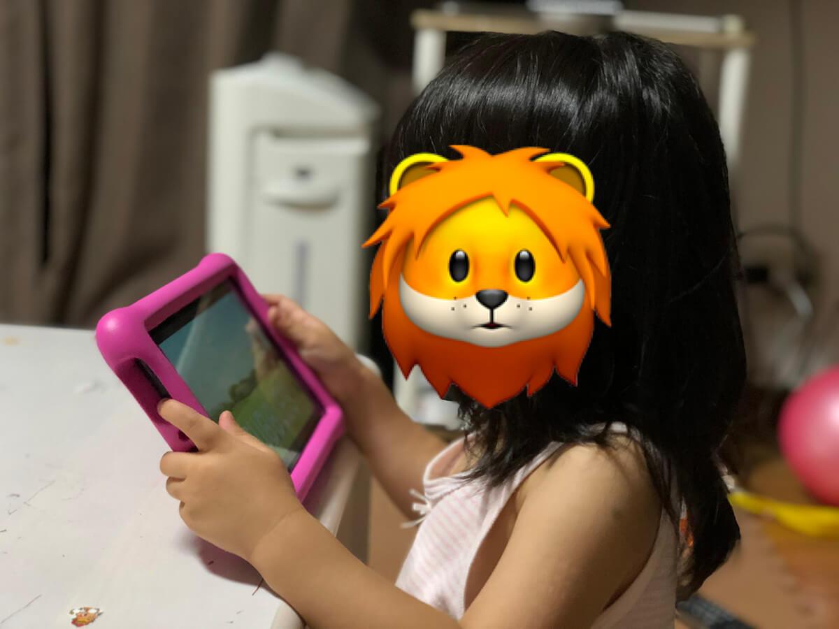 AmazonのFire HD 8 タブレット キッズモデルで遊んでいる娘